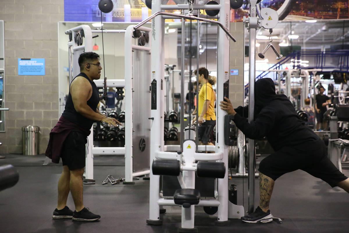 Gente se ejercita en el gimnasio EOS Fitness en Henderson el martes, 16 de junio de 2020. (Erik ...