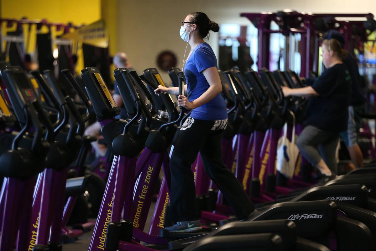 Gente se ejercita en el gimnasio Planet Fitness de Las Vegas el martes, 16 de junio de 2020. (E ...