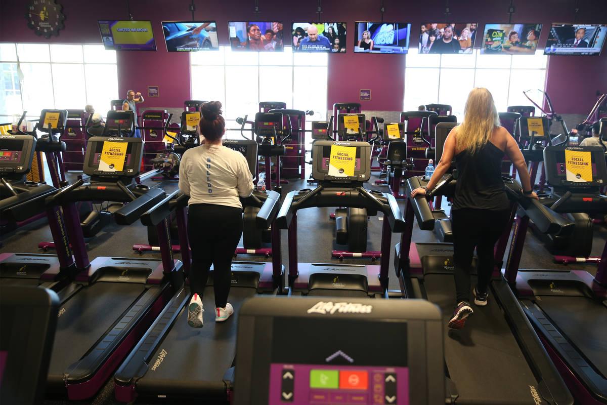 La gente se ejercita en el gimnasio Planet Fitness de Las Vegas el martes, 16 de junio de 2020. ...