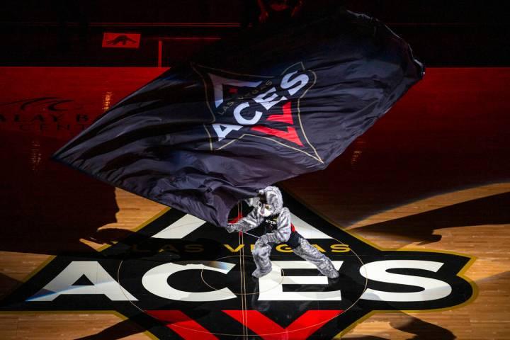 """En esta foto de archivo, """"Buckets"""" ondea la bandera mientras las jugadoras de Las Vegas Aces se ..."""
