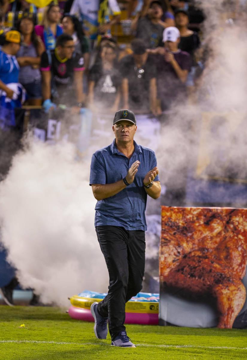 El entrenador del Las Vegas Lights FC, Eric Wynalda, emerge del humo al campo para enfrentarse ...
