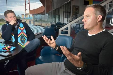 El propietario de Las Vegas Lights FC, Brett Lashbrook, a la izquierda, y el entrenador Eric Wy ...
