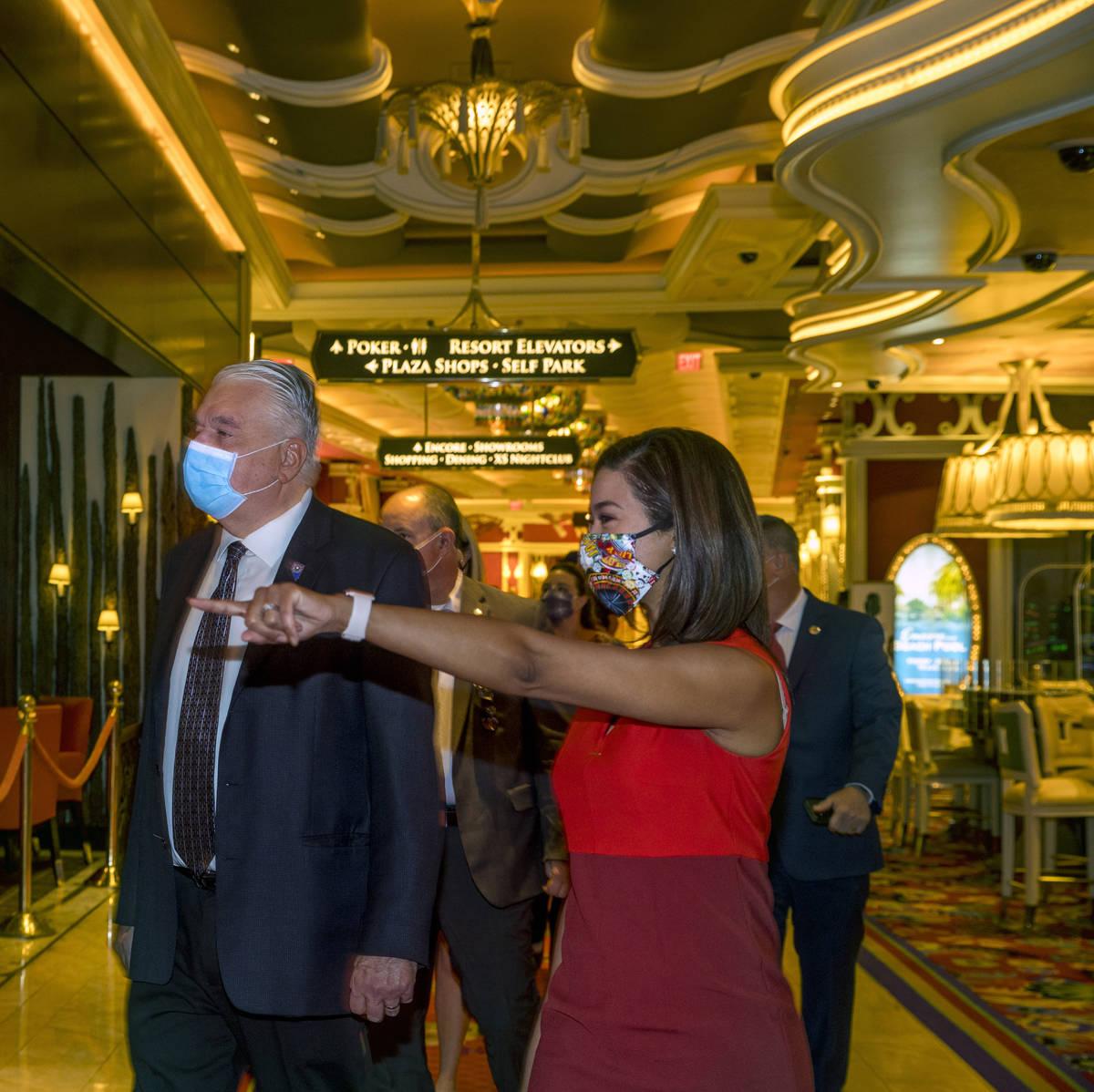 El gobernador Steve Sisolak camina junto a Sandra Morgan, presidenta de la Junta de Control de ...