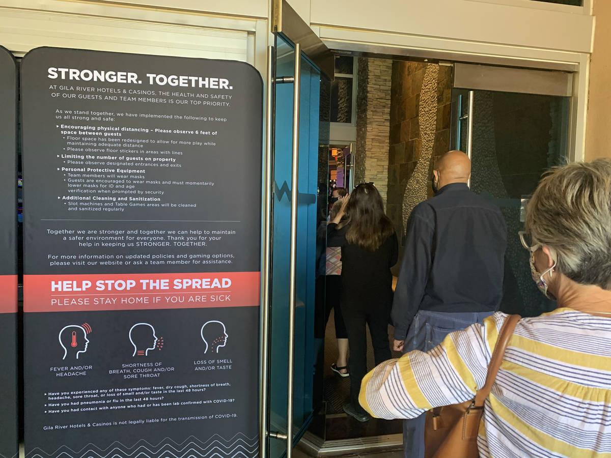 Personas entran en el Casino Gila River en Wild Horse Pass Chandler, Arizona el viernes, 15 de ...