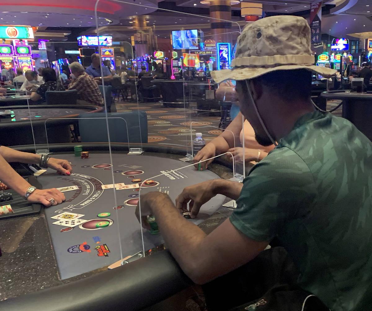 Jugadores de mesa en el Casino Gila River, Chandler, Arizona viernes, 15 de mayo de 2020. (Eliz ...