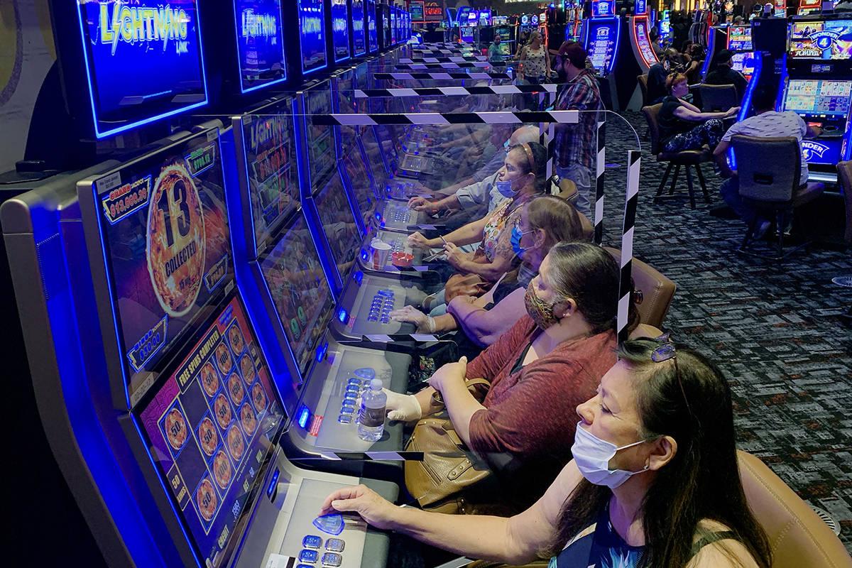 El plexiglás protege a los jugadores mientras apuestan en el casino Lone Butte del Gila River ...