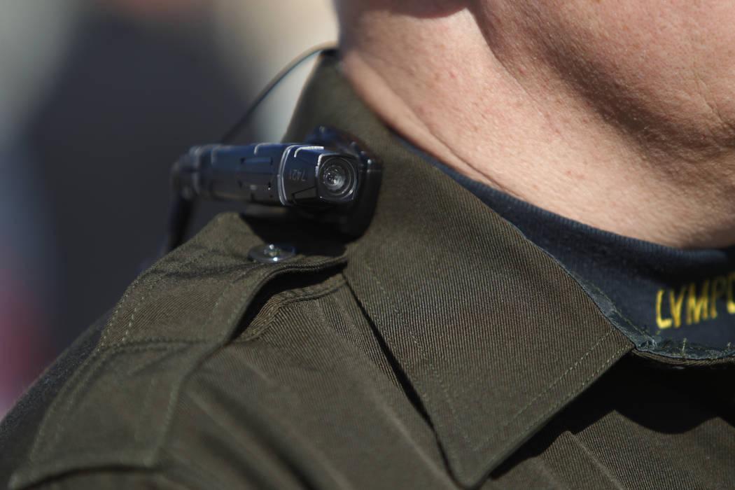 El sargento de la policía de Las Vegas, Peter Ferranti, es fotografiado con una cámara corpor ...
