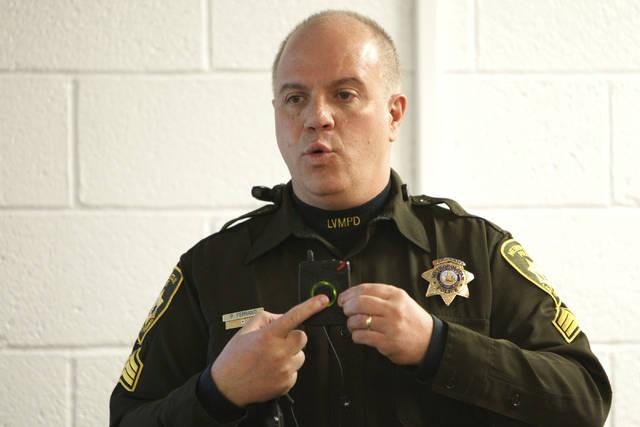 El sargento de la policía de Las Vegas, Peter Ferranti, muestra las cámaras corporales del de ...