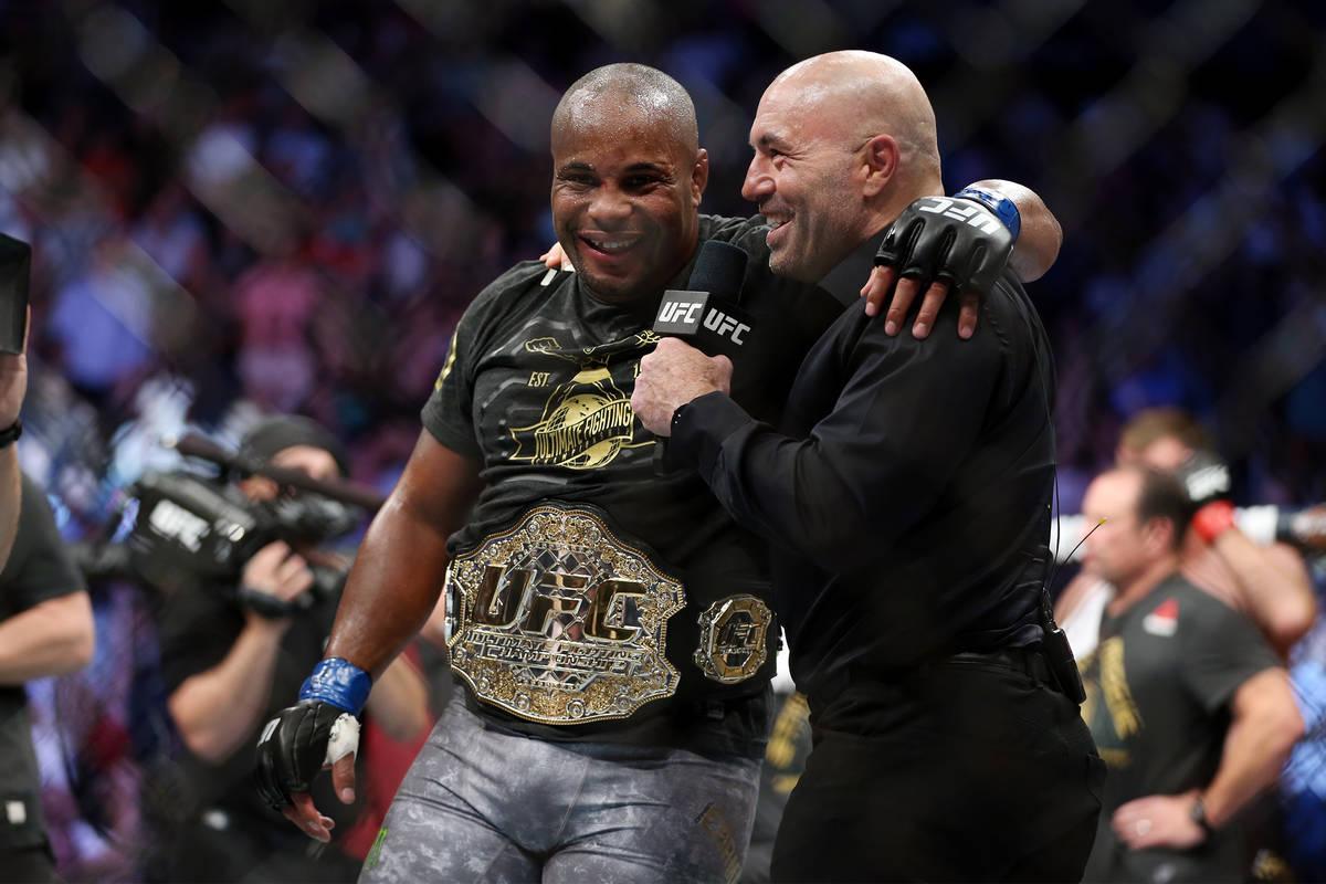 Daniel Cormier, izquierda, con el comentarista de la UFC Joe Rogan, celebra su victoria por noc ...