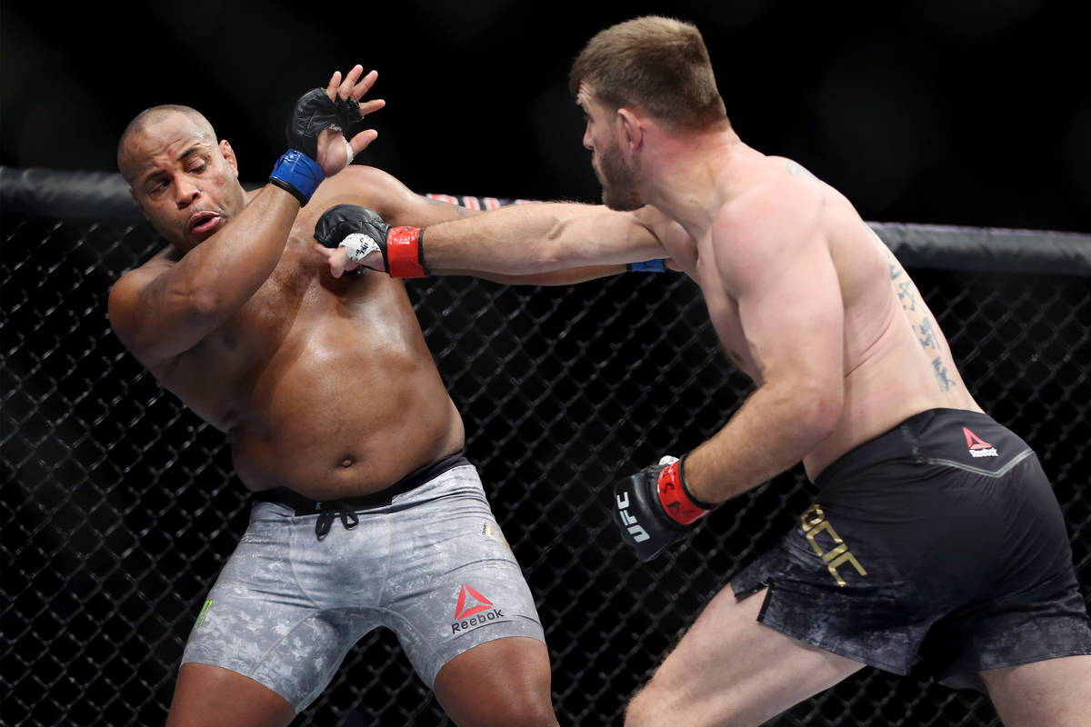 Stipe Miocic, derecha, se enfrenta a Daniel Cormier en el combate por el título de peso pesado ...