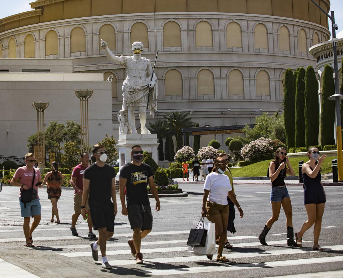 Peatones cruzan el Boulevard de Las Vegas el domingo, 21 de junio de 2020. (Rachel Aston/Las Ve ...