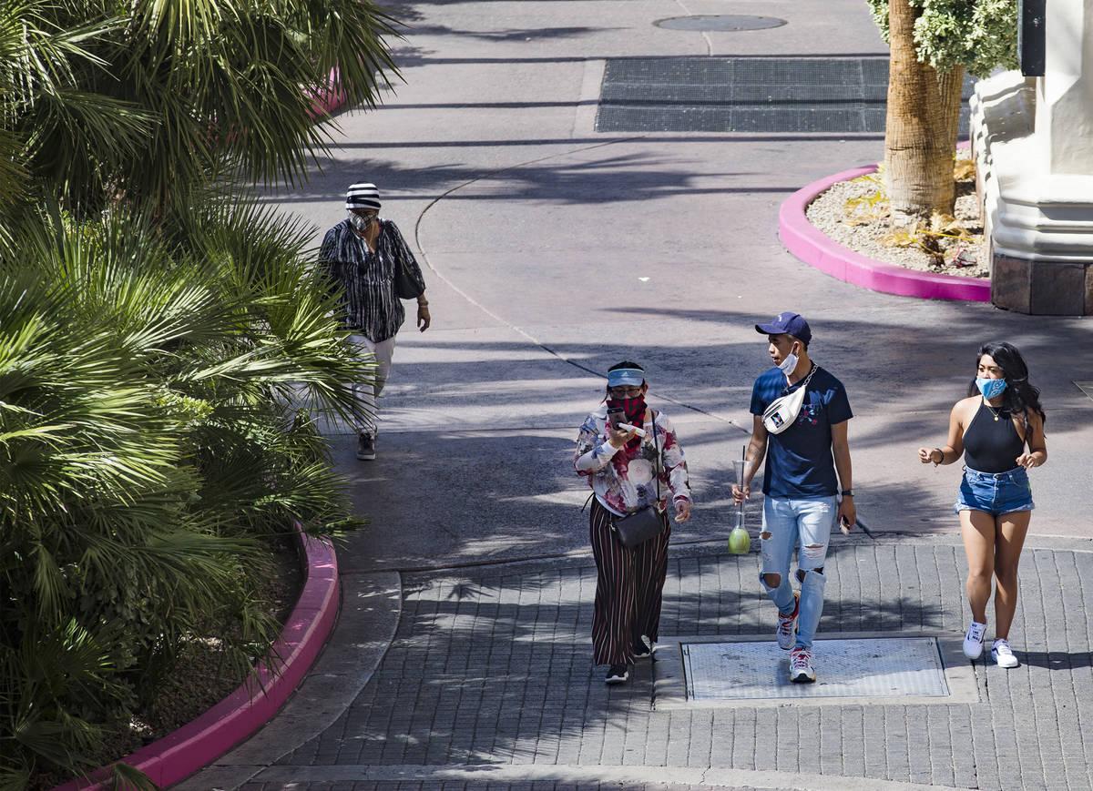 Visitantes caminan por el Strip en Las Vegas el domingo, 21 de junio de 2020. (Rachel Aston/Las ...