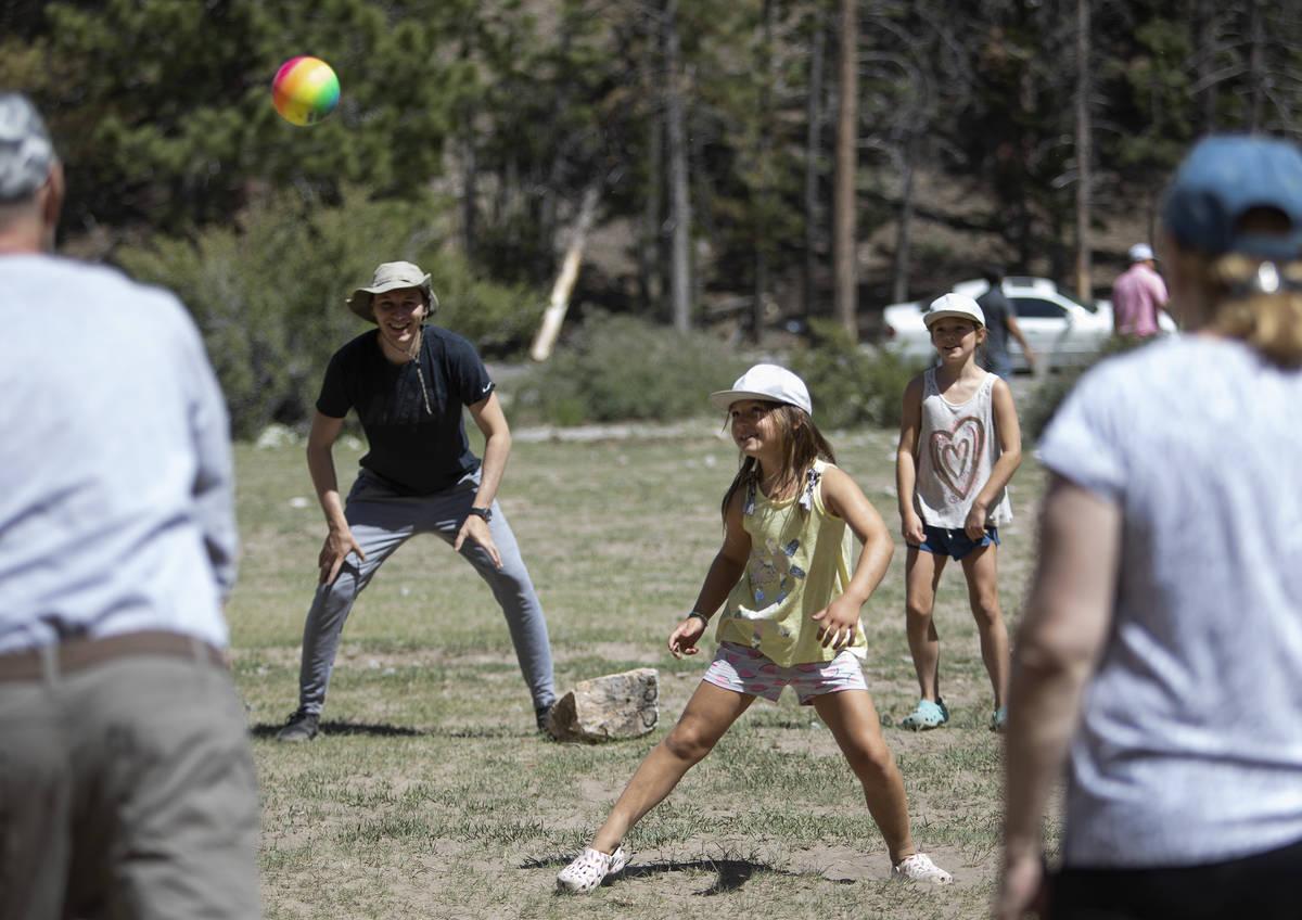 Eugene Deykhin, izquierda, y sus sobrinas Violetta Deykhin, centro, y Tatiana Dekhin, derecha, ...