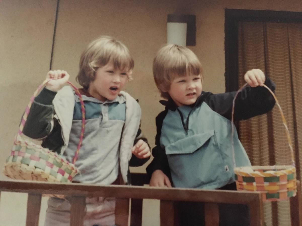 Geoffrey Going, izquierda, posa con su mejor amigo, Kurt Anderson, durante una celebración de ...