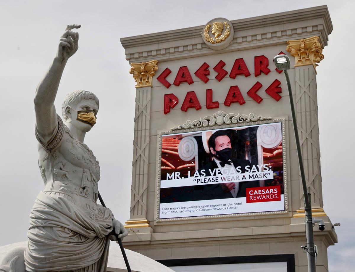 Una estatua de Julio César con un cubrebocas en Caesars Palace del Strip en Las Vegas el miér ...