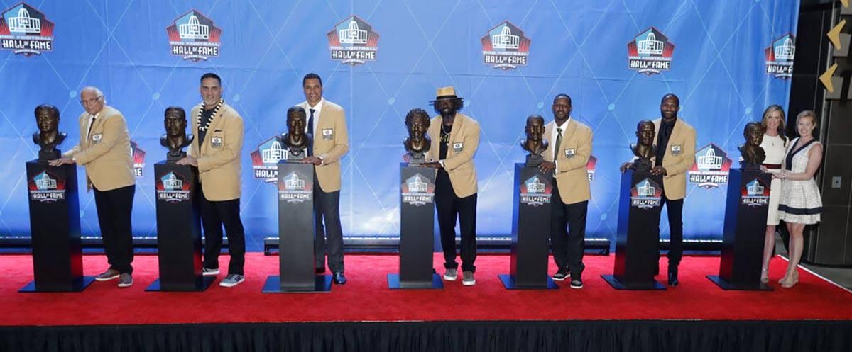 En esta foto de archivo del 4 de agosto de 2019, los jugadores de la NFL y sus familiares posan ...