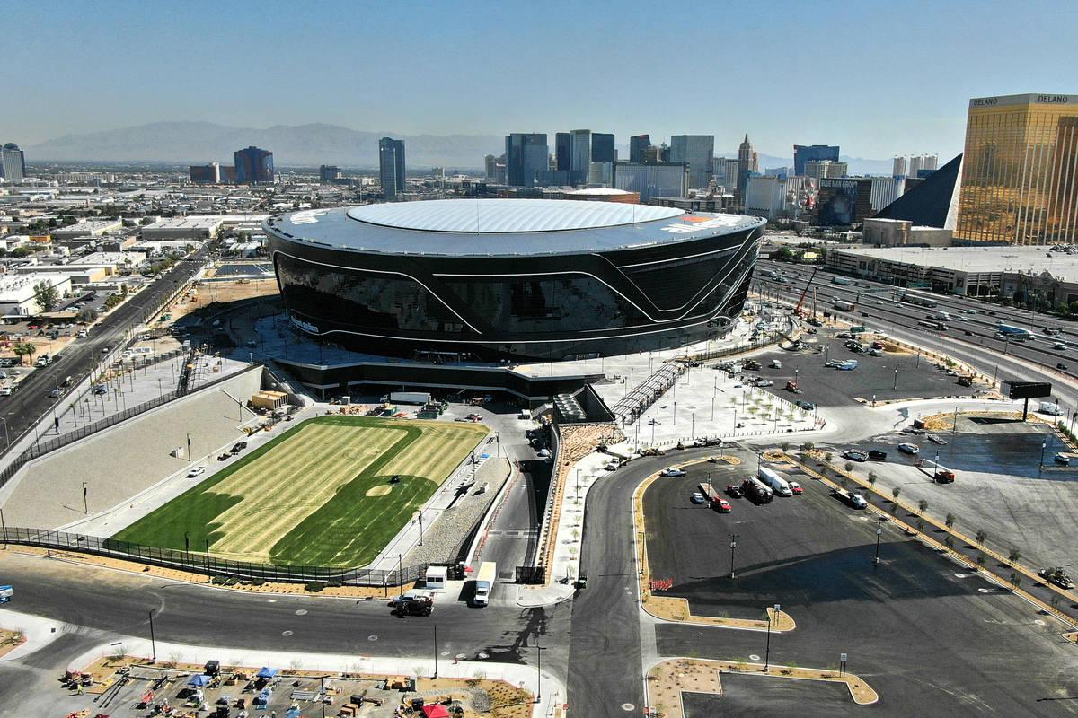 Vista aérea del Estadio Allegiant y la bandeja del campo de césped natural el jueves, 25 de j ...