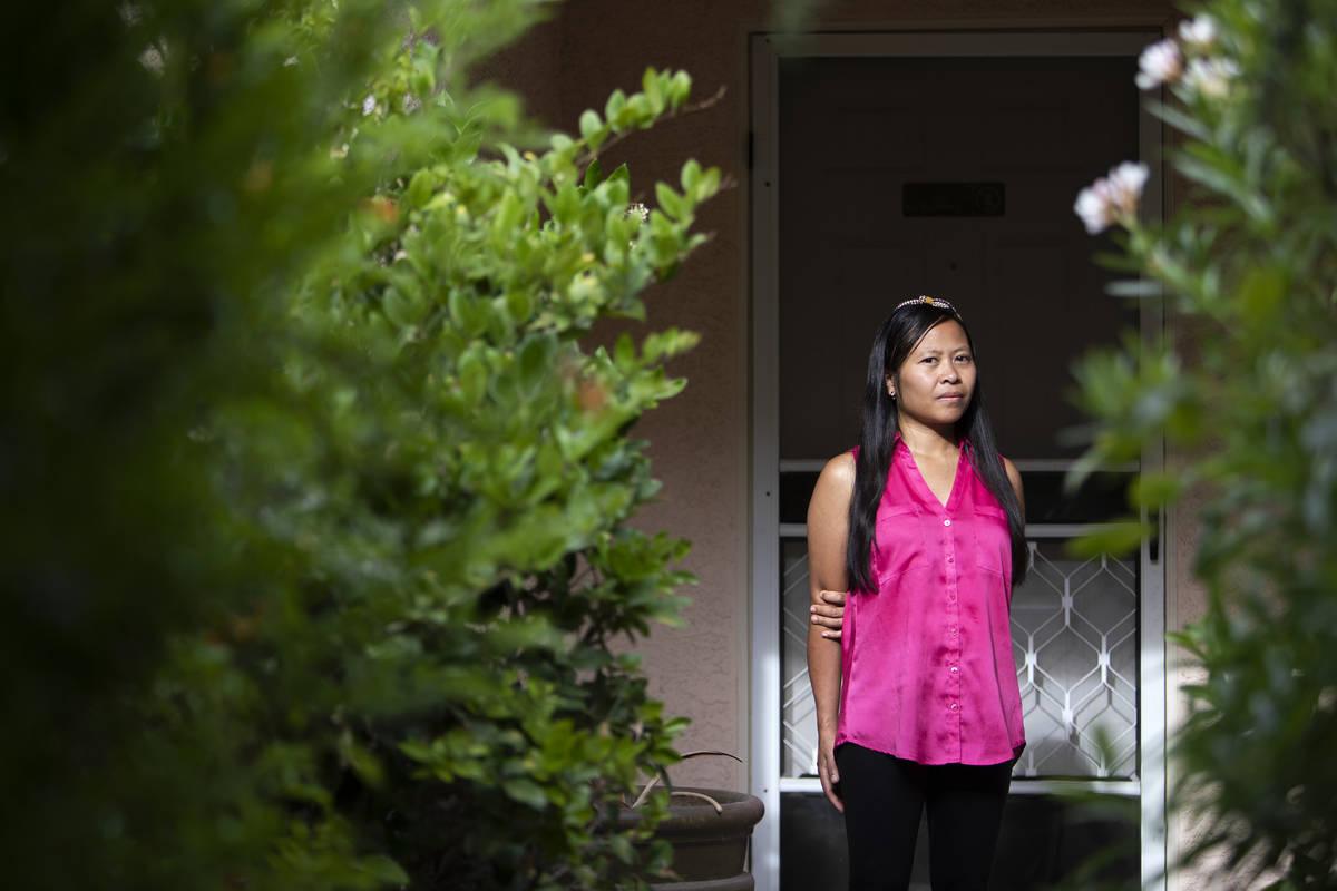 Joe Junio, una taxista y agente inmobiliaria, posa para un retrato fuera de su casa el miércol ...