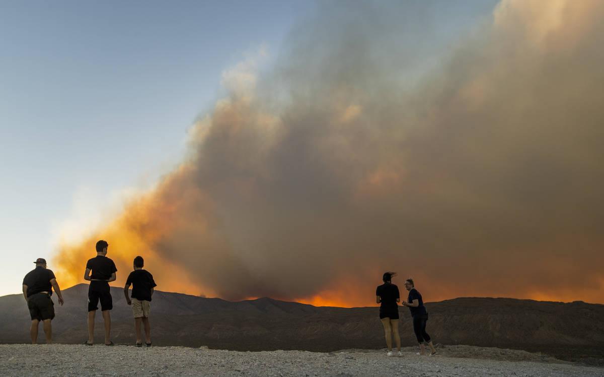 Espectadores se detienen para ver el incendio de caoba del Monte Charleston cerca de una elevac ...