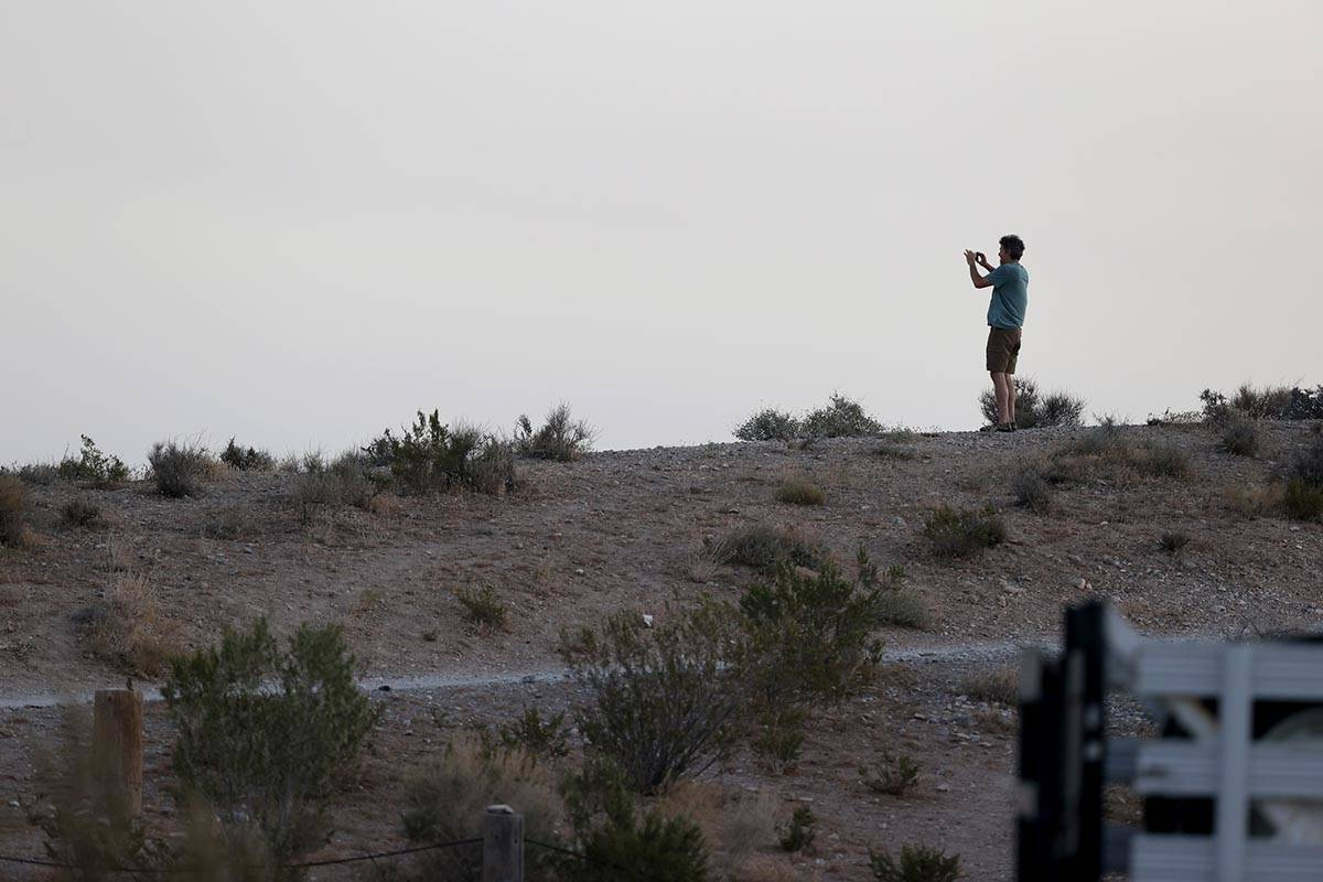 Un espectador toma una foto del incendio de caoba en el Monte Charleston, cerca de Las Vegas el ...