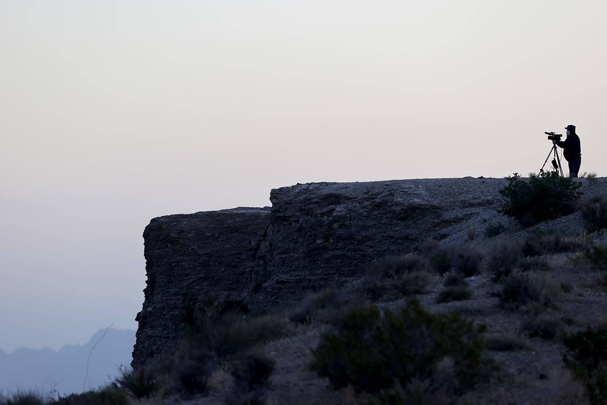 El videógrafo del Las Vegas Review-Journal, Michael Quine, transmite en vivo el incendio de ca ...
