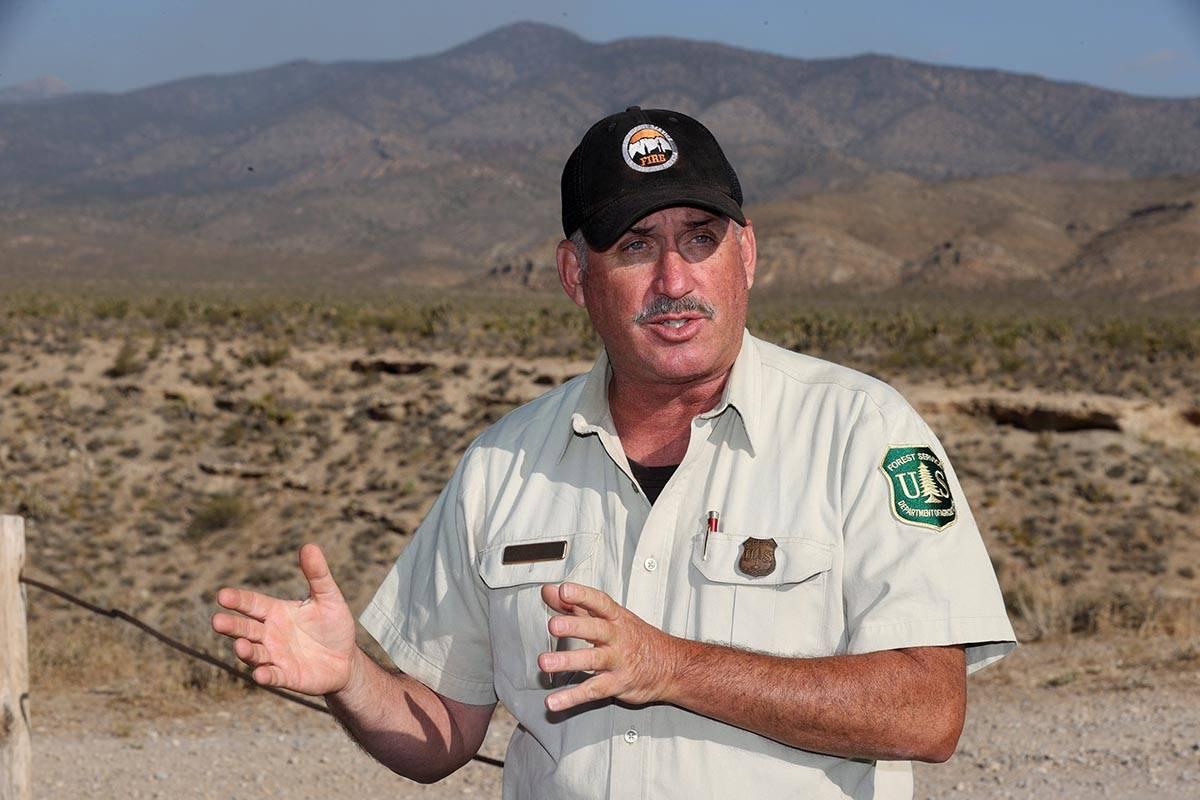 Ray Johnson, oficial de prevención de incendios del Servicio Forestal de Estados Unidos, actua ...