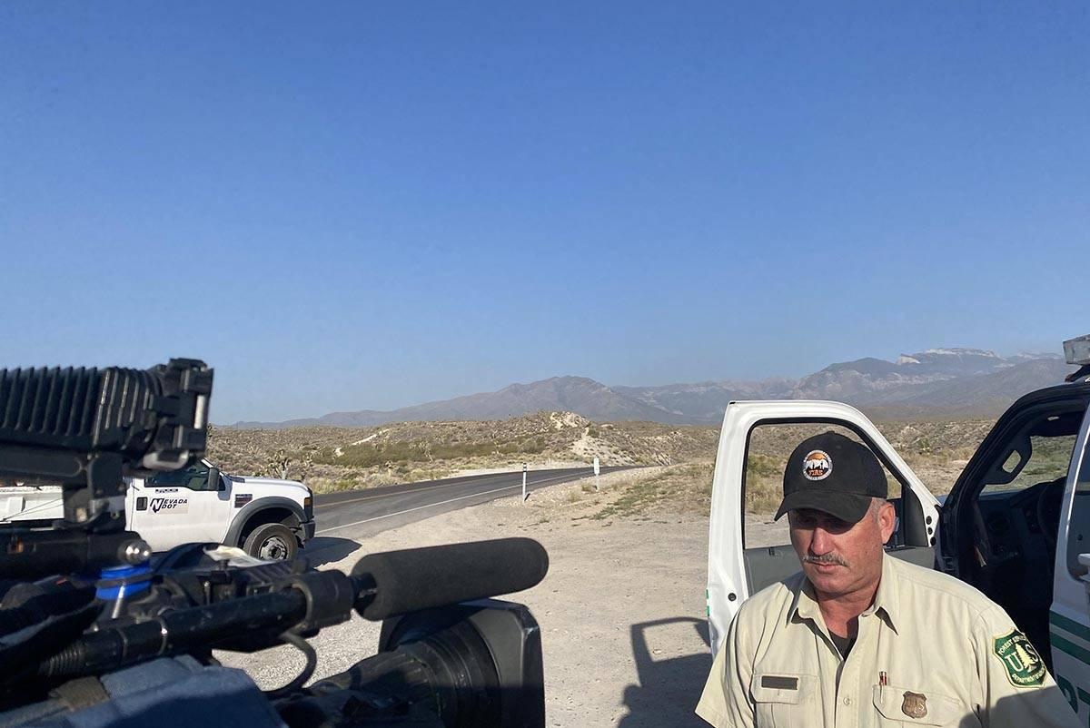El vocero del Servicio Forestal de Estados Unidos, Ray Johnson, informa a los miembros de los m ...