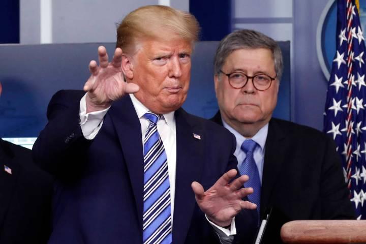 El presidente Donald Trump en marzo de 2020 con el Fiscal General, William Barr. (AP Photo/Alex ...