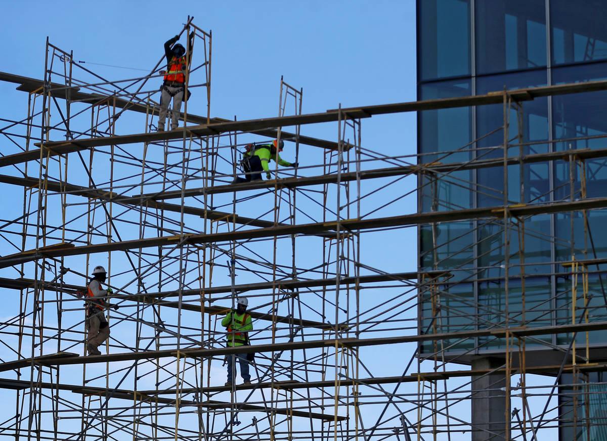 Trabajadores retiran los andamios del lado oeste del proyecto de expansión del Centro de Conve ...