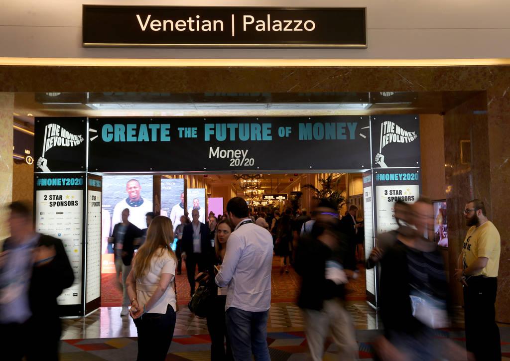 Congresistas se mezclan en el stand de Serrala en el show de Money 20/20 en Venetian Las Vegas ...