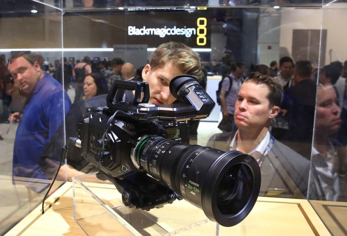 Tim Garrow, al centro, y Richard Griffin revisan la cámara de cine Blackmagic URSA mini Pro 4. ...