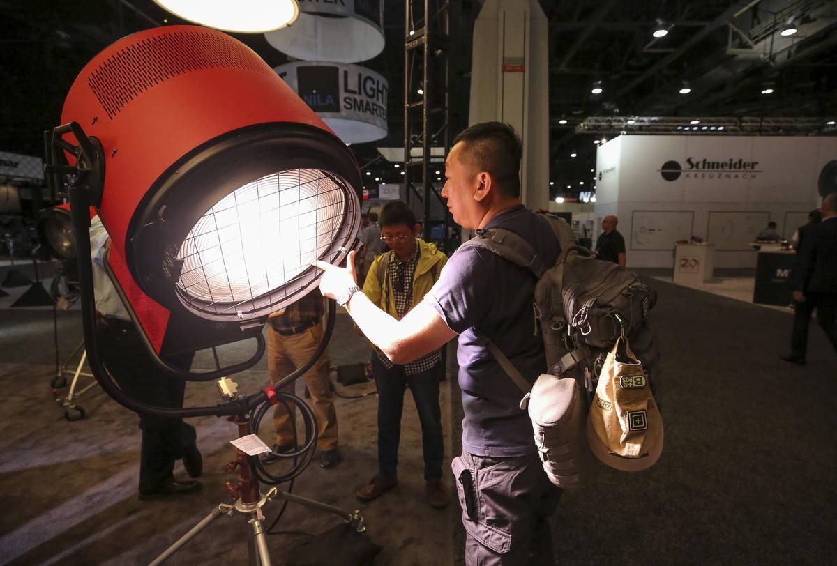 El cineasta Paul Chou de Taiwán demuestra la luz LED Vari-Tener 10k de Mole-Richardson durante ...