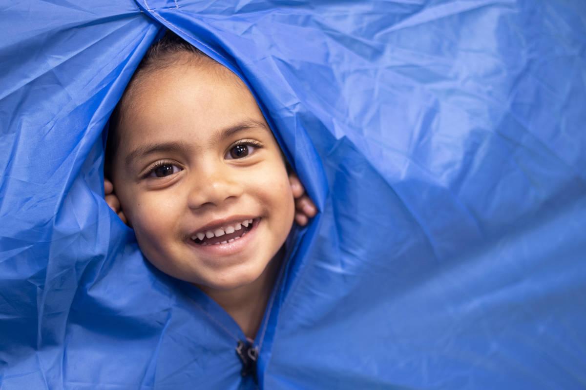 Paisley se asoma a través de una casa de acampar, que está en una de las salas de preescolar ...