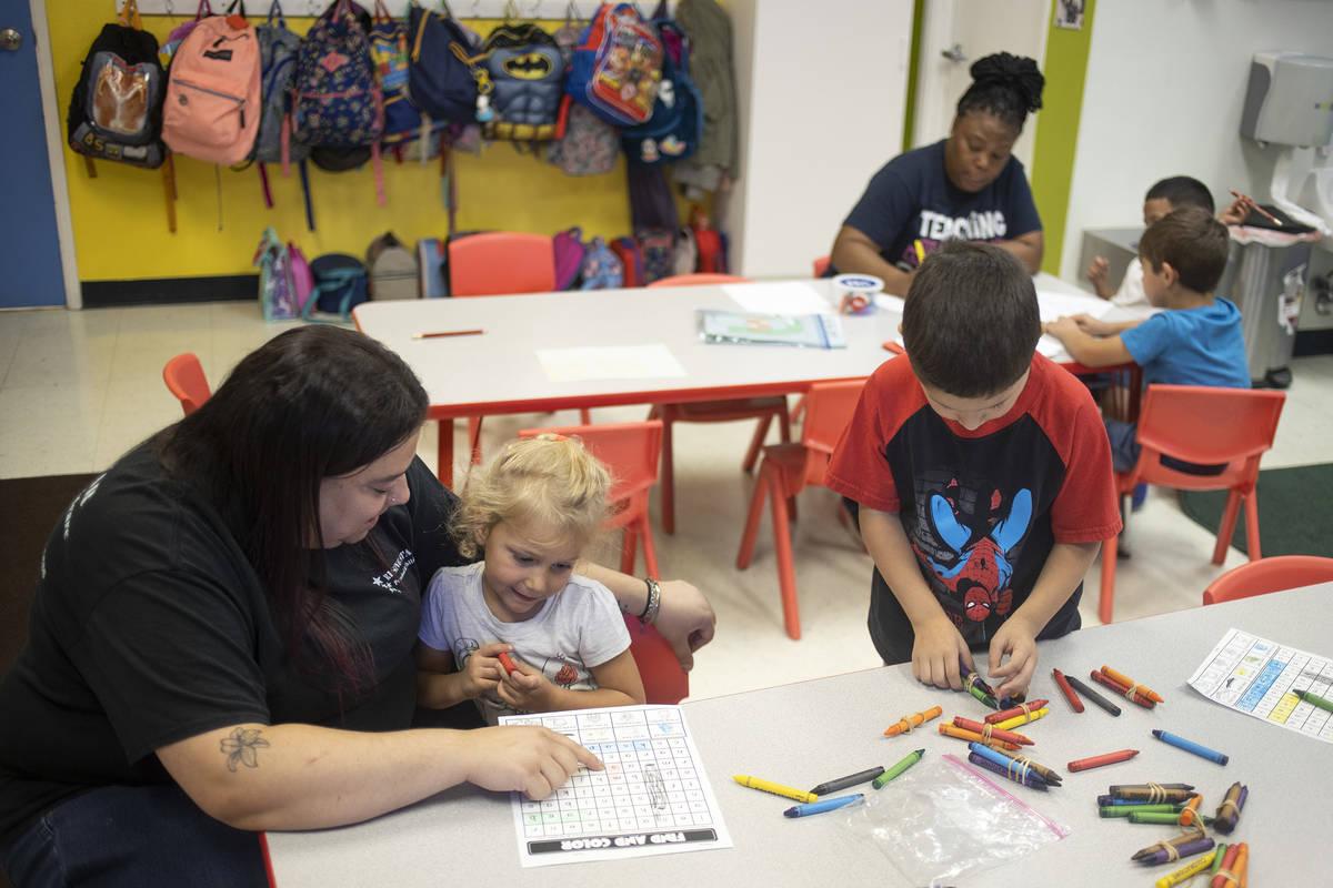 La Srta. Rebecca trabaja en ortografía con Ava en el Rising Star Preschool & Childcare el lune ...