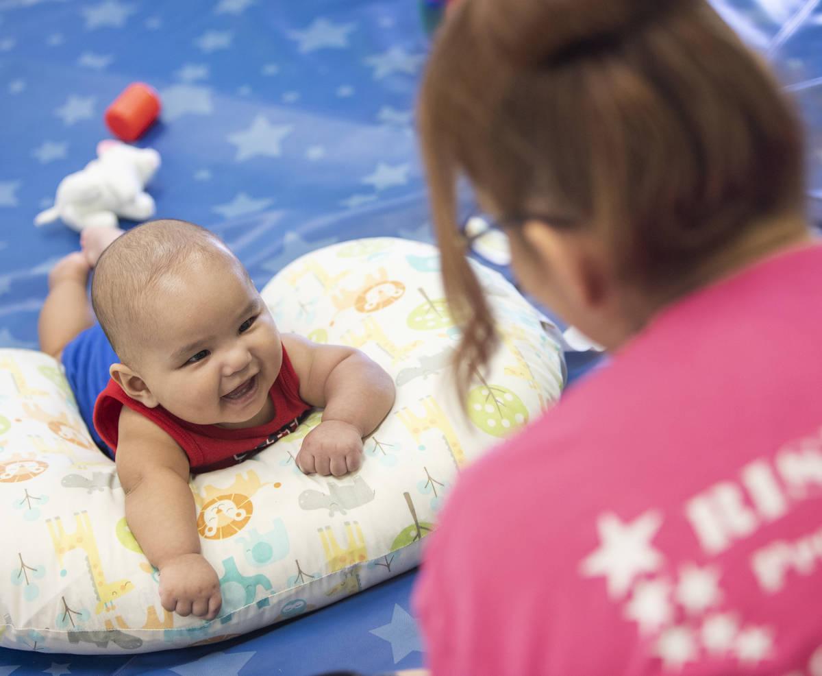 Lorenzo le sonríe a la señorita Brenda mientras Zoe juega en Rising Star Preschool & Childcar ...