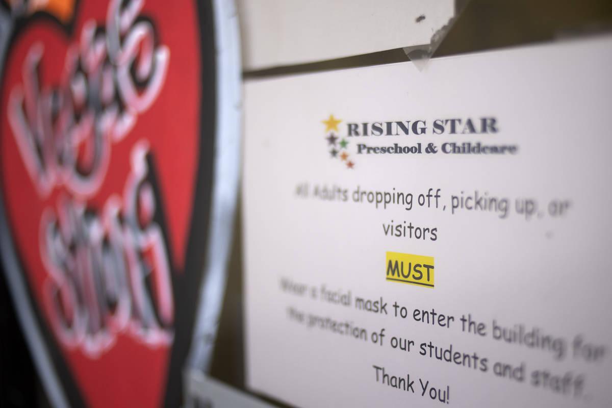 En Rising Star Preschool & Childcare, todo adulto debe llevar un cubrebocas si entra en el edif ...