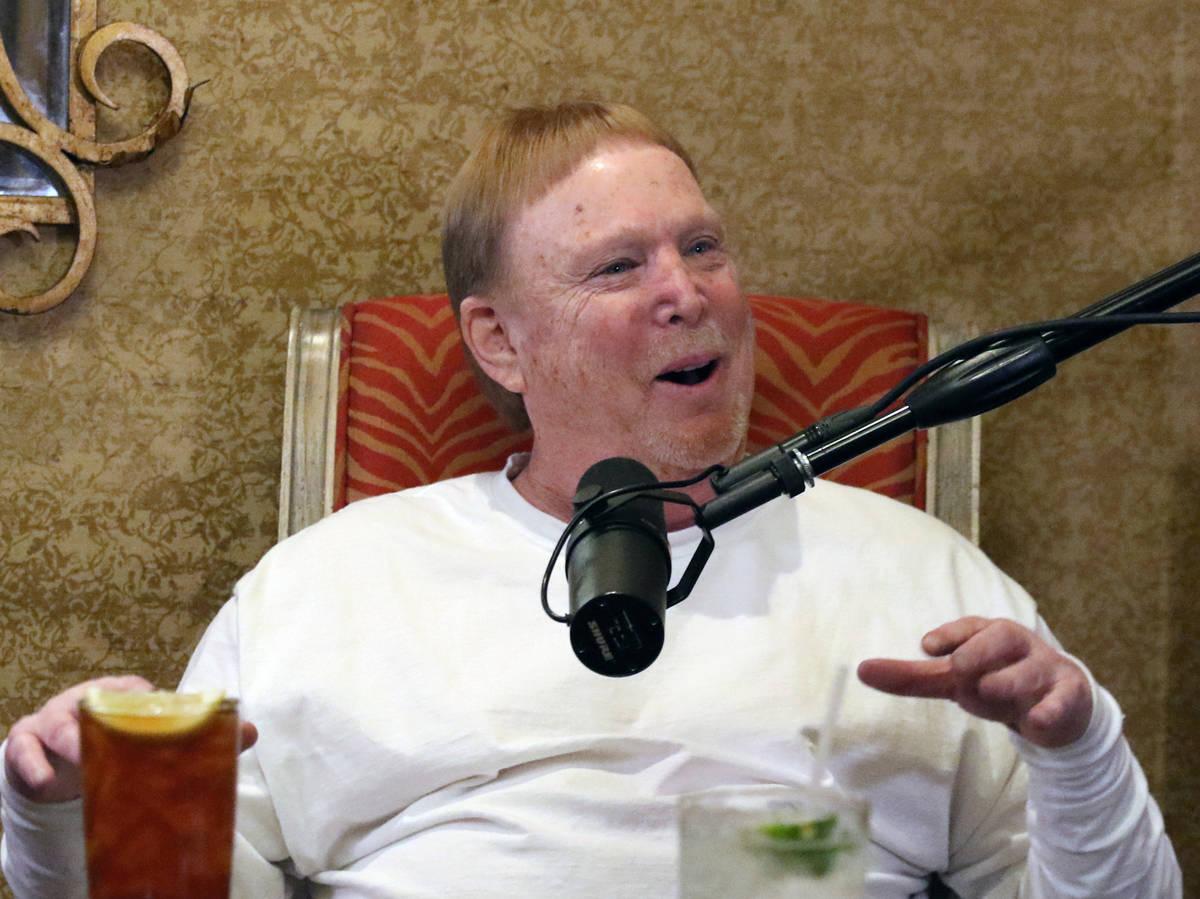 El propietario de Los Raiders de Las Vegas, Mark Davis, habla durante su podcast con John Katsi ...