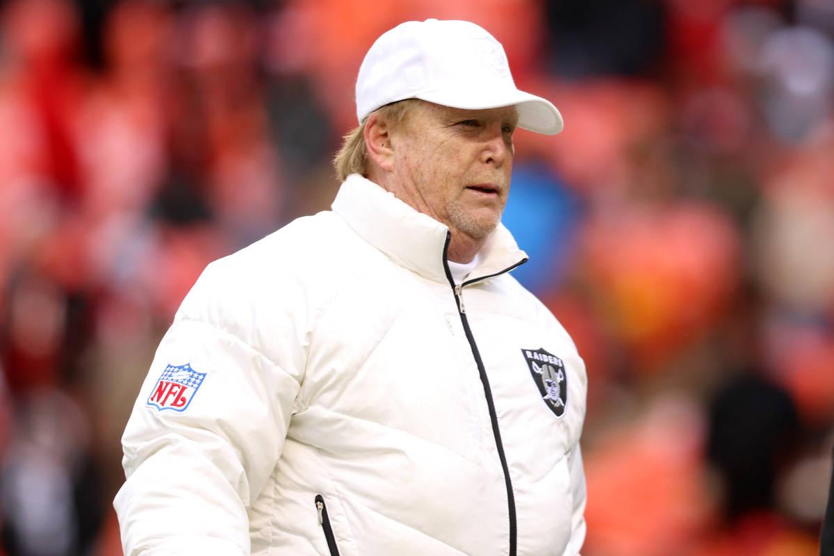 El dueño de los Oakland Raiders, Mark Davis, sale del campo antes de un partido de la NFL cont ...