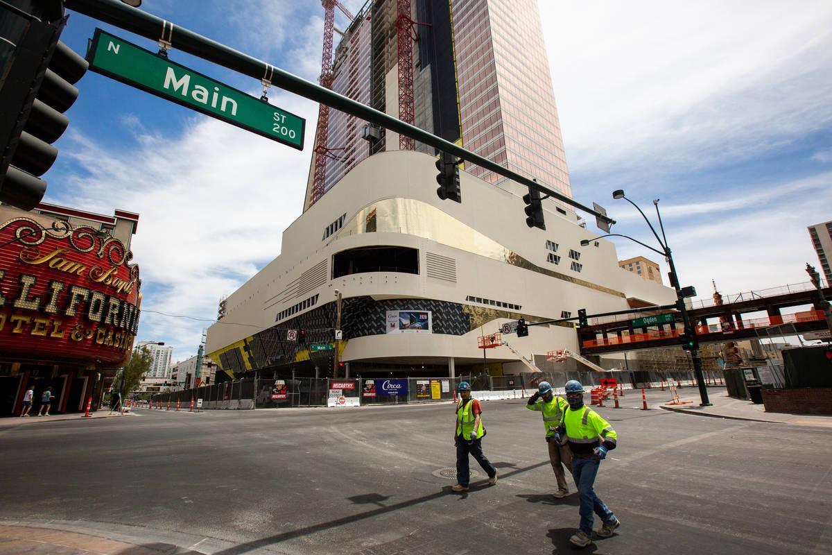 Trabajadores caminan por la calle principal de Circa en Las Vegas el miércoles, 24 de junio de ...