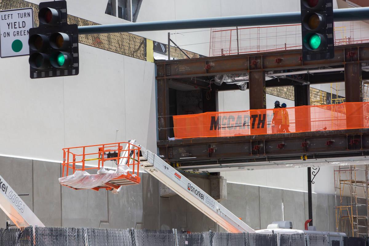 Trabajadores de construcción entran en la obra de Circa en Las Vegas el miércoles, 24 de juni ...