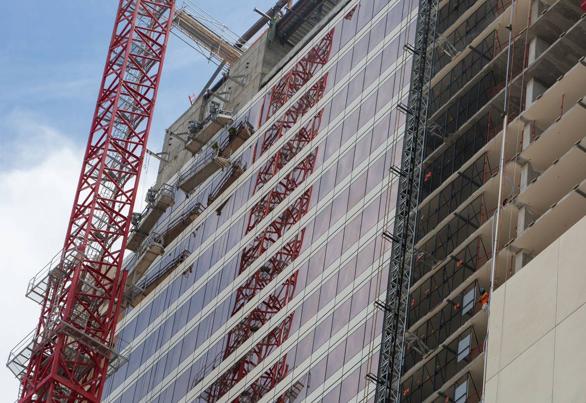 Un trabajador de construcción observa desde la obra de Circa en Las Vegas el miércoles, 24 de ...