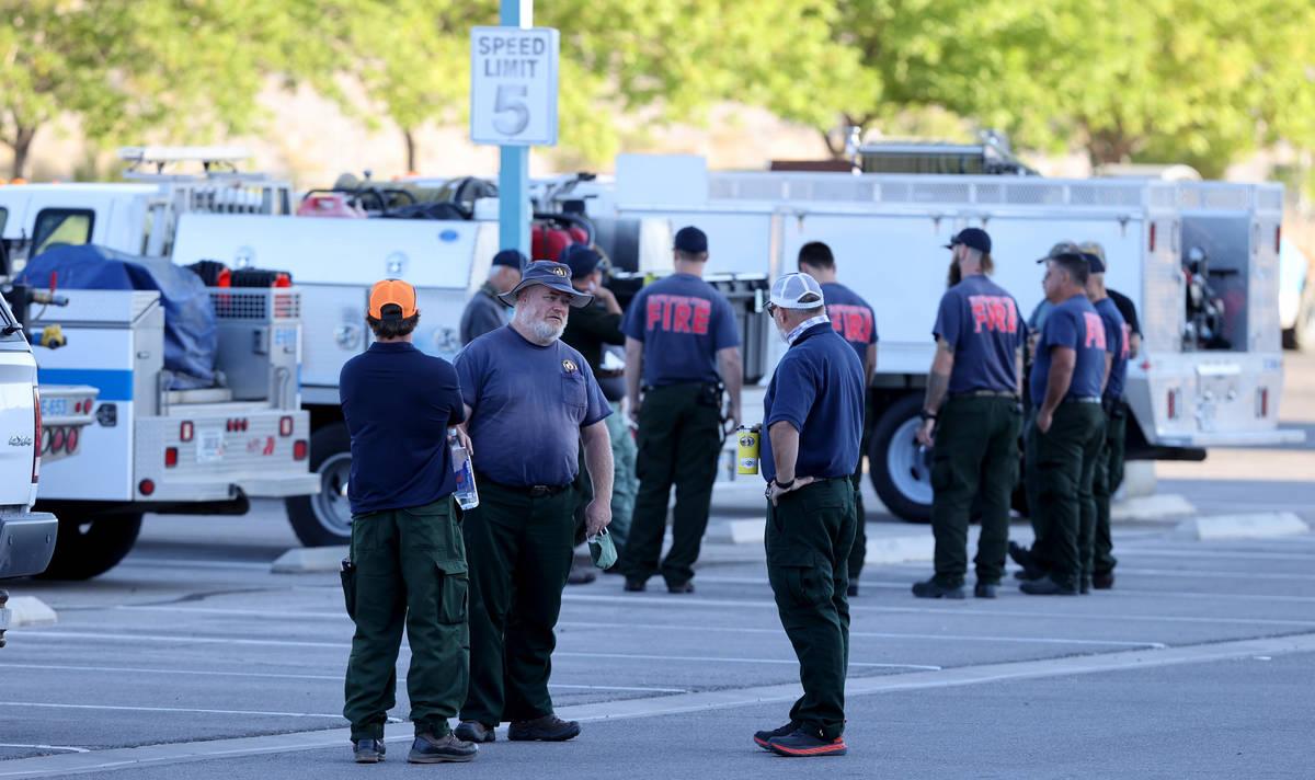 Bomberos de diferentes agencias se reúnen en la Preparatoria Centennial en Las Vegas mientras ...