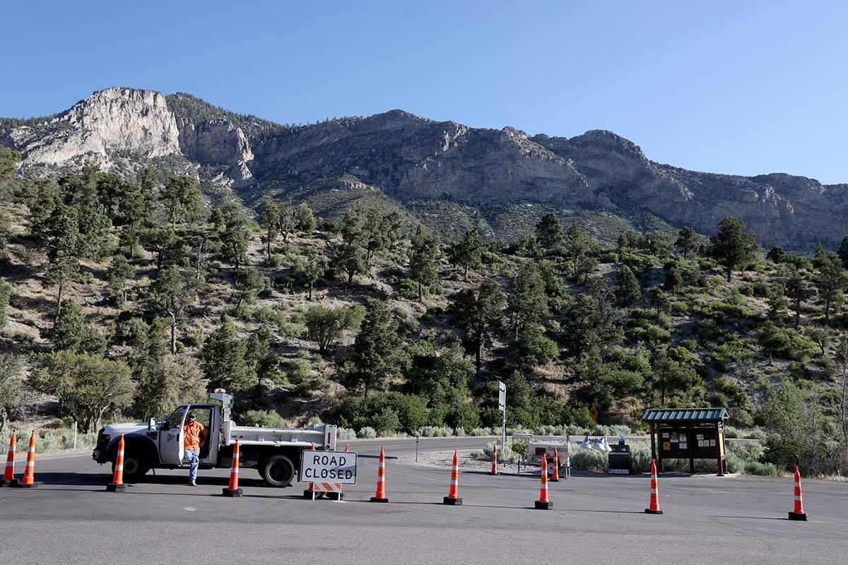 La Ruta Estatal 158, también conocida como Deer Creek Road, está cerrada en Kyle Canyon Road ...