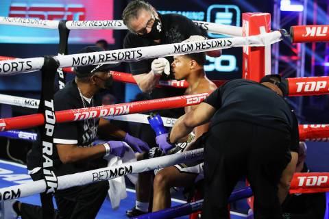 Cutman Jacob Duran tiende al boxeador Shakur Stevenson entre rondas durante una reciente carta ...