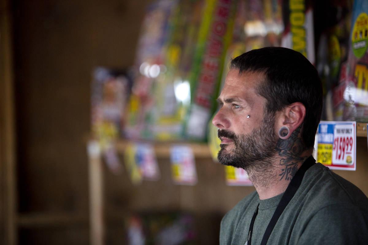 Jeremiah Wicker dentro del puesto de fuegos artificiales de Freedom House Sober Living en Las V ...