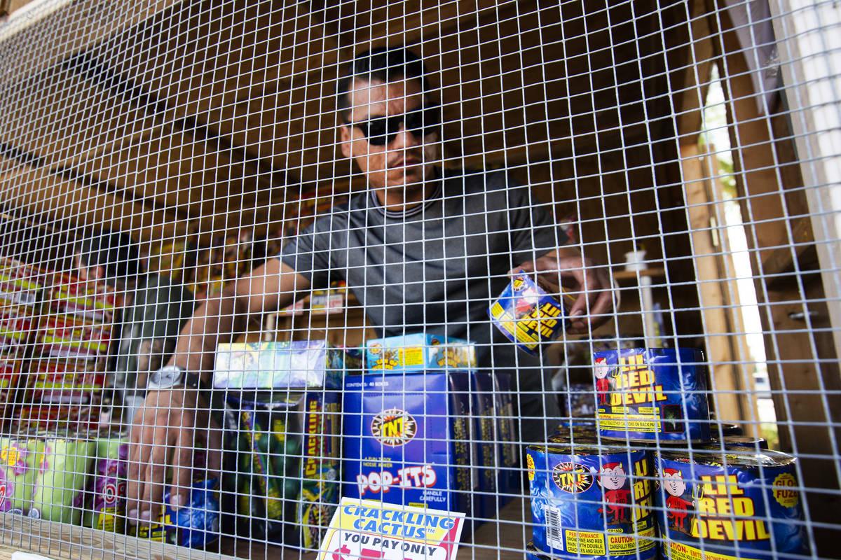 Floyd Ellis ordena fuegos artificiales en su estante de Freedom House Sober Living en el estaci ...