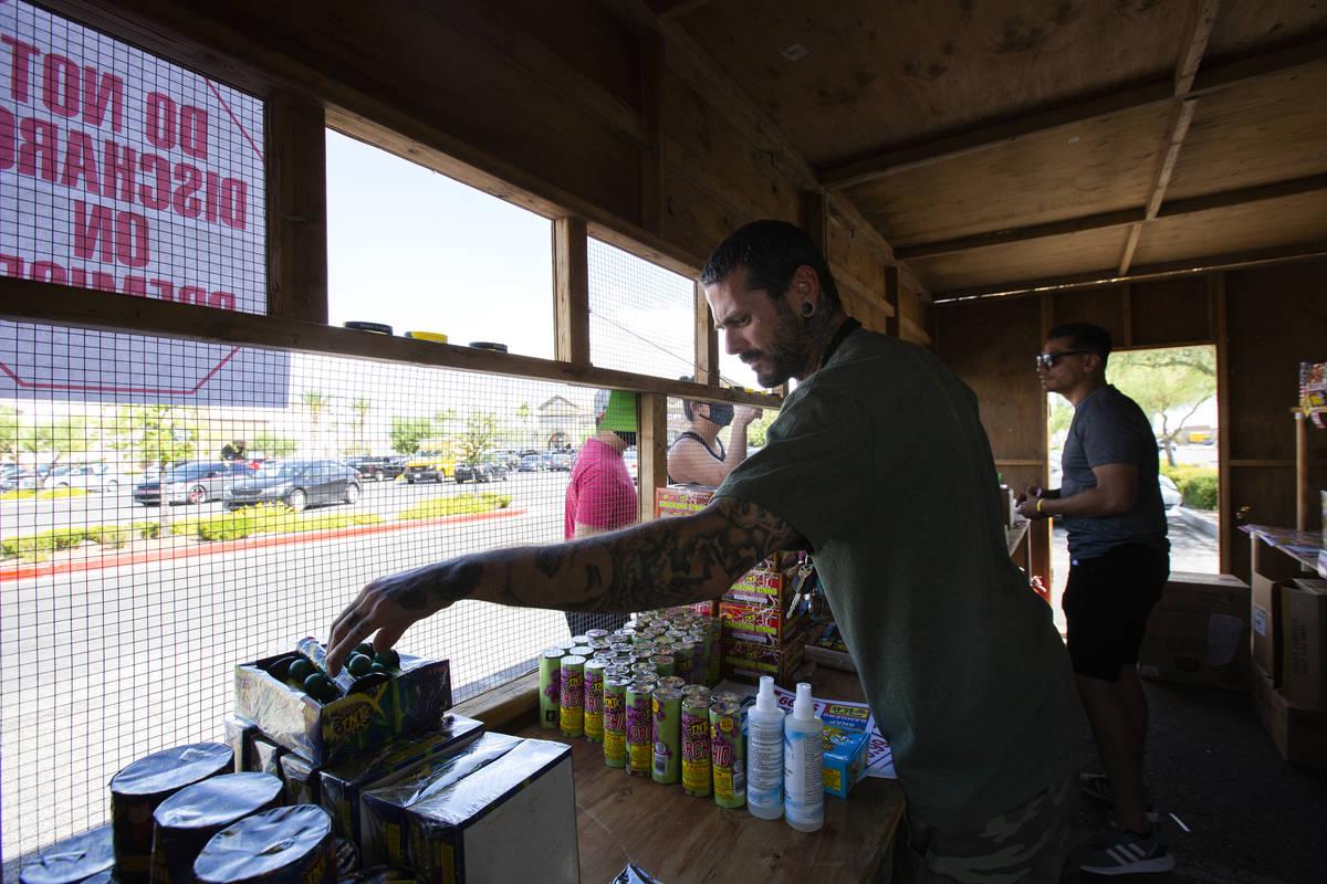 Jeremiah Wicker y Floyd Ellis reúnen fuegos artificiales para los clientes en el stand de Free ...