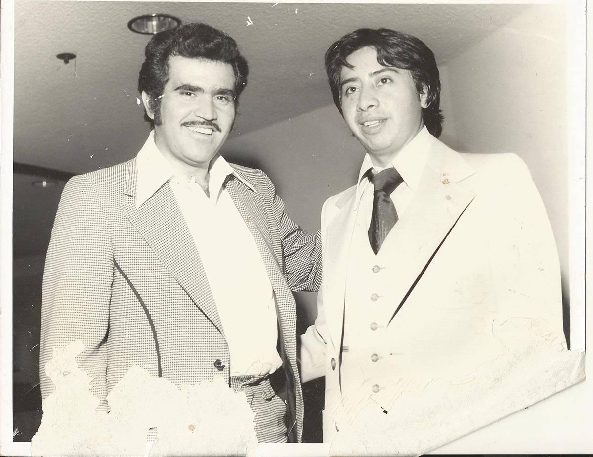 """Luis Bonilla es pionero de """"bailes masivos"""" en la ciudad, aquí con Vicente Fernández. [Fo ..."""