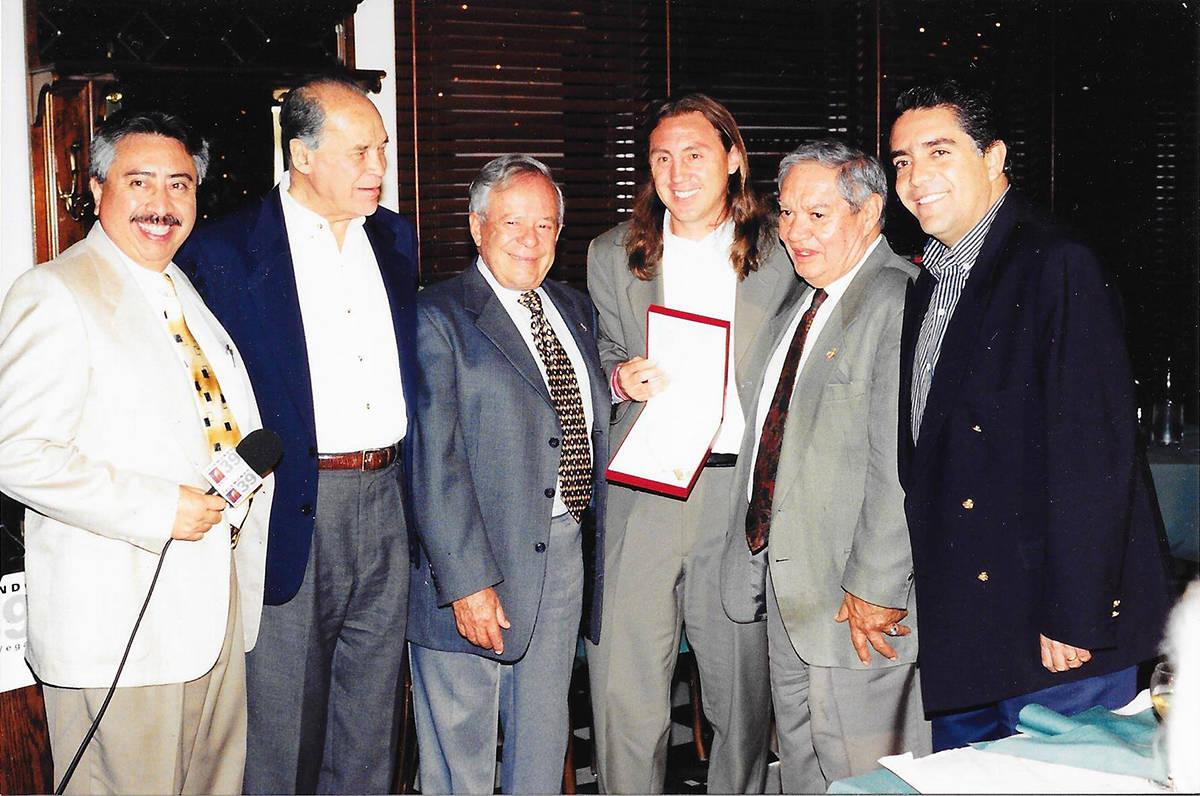 Luis Bonilla, pionero y parte integral de la historia de Las Vegas, recibió el trofeo que lo a ...