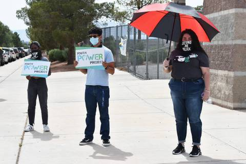 Estudiantes y miembros de Make The Road Nevada se manifestaron en contra de la Policía Escolar ...
